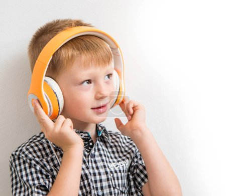Photo pour Jeune garçon écoutent la musique avec casque d'écoute - image libre de droit