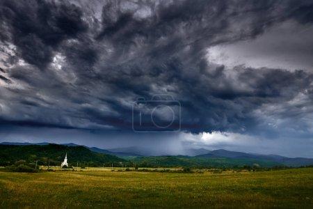 Photo pour Vue panoramique des nuages de pluie torrentielle en montagne - image libre de droit