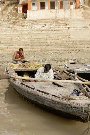 Photo pour VARANASI, UTTAR PRADESH, INDE - 15 JUILLET 2007 : Pèlerins se baignant et effectuant un rituel au bord de l'eau rivière sainte Ganges tôt le matin - image libre de droit