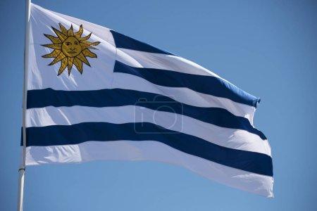 Photo pour Drapeau de l'Uruguay agitant dans le vent sur fond de ciel bleu. Emblème national uruguayen sud-américain . - image libre de droit