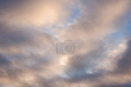 Foto de Nubes blancas sobre cielo azul, el fondo de la naturaleza en el cielo - Imagen libre de derechos