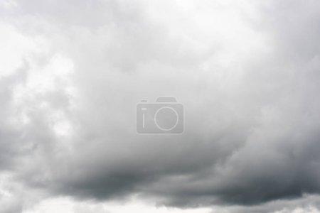 Photo pour Ciel nuageux avec de gros nuages par mauvais temps - image libre de droit