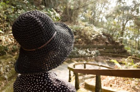 Photo pour Femme asiatique voyage et randonnée à l'extérieur - image libre de droit