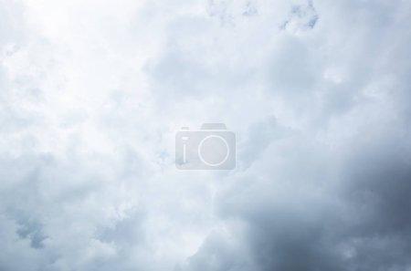 Foto de Cielo nublado con nubes pesadas en un mal tiempo - Imagen libre de derechos