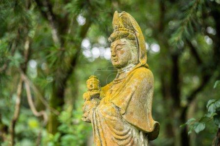 Photo pour Ancienne statue de bodhisattva en pierre dans un parc à l'extérieur - image libre de droit