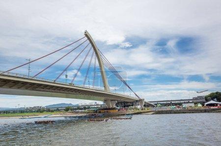Photo pour Taipei, Taiwan - 9 juin 2019 : des paysages urbains avec des courses de bateaux compétitives sous le pont dans le cadre du festival traditionnel Dragon Boat à Taipei, Taiwan, Asie - image libre de droit