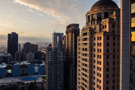 Photo pour Taichung, Taiwan - 21 novembre 2019 : Coucher de soleil dans la ville de Taichung avec des gratte-ciel à Taichung City, Taiwan, Asie - image libre de droit