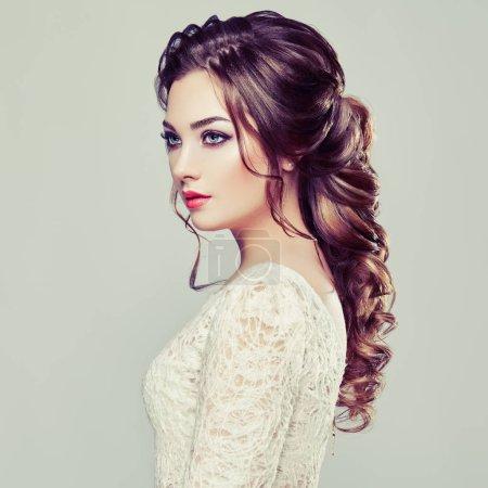 Foto de Mujer morena con pelo rizado largo y brillante. Modelo hermosa señora con peinado rizado. Productos de cuidado y belleza de pelo. Cuidado y belleza del cabello - Imagen libre de derechos