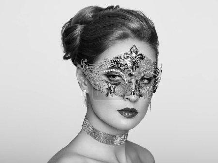 Photo pour Belle femme portant masque vénitien de carnaval de mascarade à la fête, sur fond blanc. Fête de Noël et Nouvel An. Photo en noir et blanc - image libre de droit
