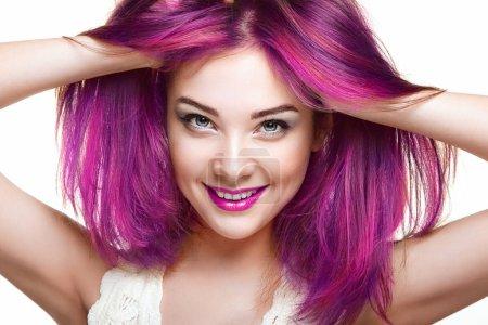 Photo pour Fille modèle de mode de beauté avec des cheveux colorés teints. Fille avec un maquillage parfait et coiffure. Modèle avec des cheveux teints sains parfaits. Cheveux roses. Femme souriante - image libre de droit