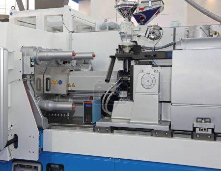 Photo pour Machine de moulage par injection pour la production de pièces en plastique - image libre de droit