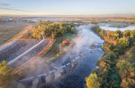 Photo pour Brouillard matinal sur la rivière South Platte en aval de Denver dans le nord du Colorado vue aérienne - image libre de droit