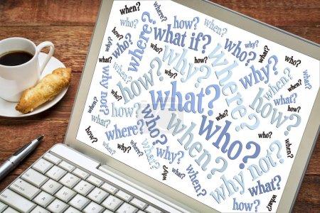 Photo pour Qui, quoi, quand, où, pourquoi, comment questions - notion - nuage de mots sur un ordinateur portable de remue-méninges d'écran avec une tasse de café - image libre de droit
