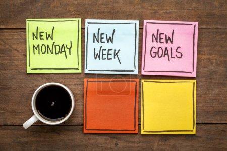 Photo pour Nouveau lundi, nouvelle semaine, nouveaux objectifs - écriture sur des notes collantes colorées avec une tasse de café - image libre de droit