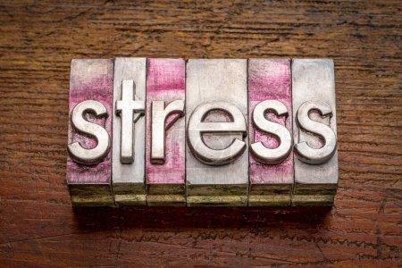 Stresswort abstrakt im kiesigen Vintage-Buchdruck Metalltypen gegen rustikales, verwittertes Holz, Arbeits-, Gesundheits- und Lifestylekonzept