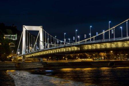 Foto de Panorama de Budapest castillo real, puente de las cadenas y con el Bastian de pescador en el fondo de Hungría - Imagen libre de derechos