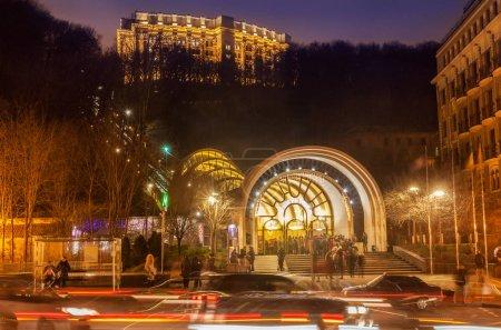 Photo pour Kiev, Ukraine - 2 janvier 2018: Funiculaire en hiver de nuit à Kiev, Ukraine - image libre de droit