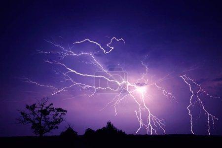 Foto de Truenos, relámpagos y lluvia en noche tormentosa de verano. - Imagen libre de derechos