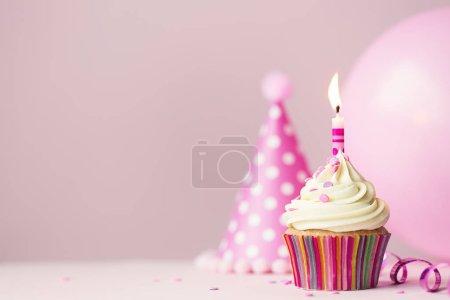Photo pour Gâteau d'anniversaire avec une seule bougie et ballon de fête - image libre de droit