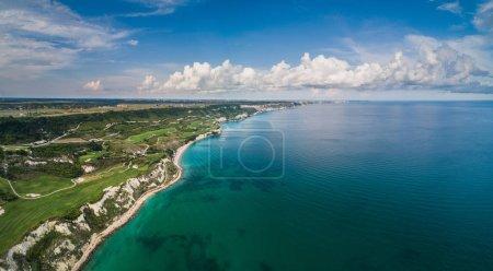 Photo pour Vue aérienne d'un terrain de golf à côté des falaises et de la mer Noire. Champs de golf paysage . - image libre de droit