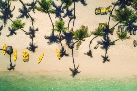 Foto de Isla tropical y catamarán de surf y canoa, vista aérea. Punta Cana, República Dominicana . - Imagen libre de derechos