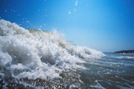 Photo pour Déferlement des vagues océaniques sur le rivage . - image libre de droit