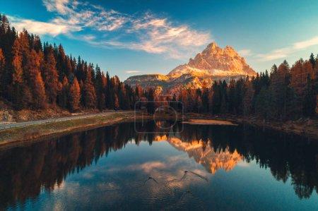 Photo pour Vue Aérienne du Lac Antorno, Dolomites, Lac paysage de montagne avec pic des Alpes, Misurina, Cortina d'Ampezzo, Italie . - image libre de droit