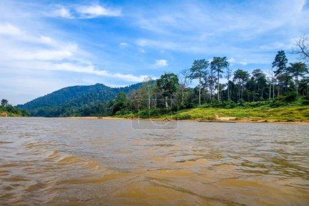 Photo pour Paysage de rivière et de la jungle dans le parc national de Taman Negara, Malaisie - image libre de droit