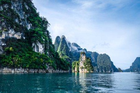 Photo pour Falaises calcaires du lac Cheow Lan, parc national de Khao Sok, Thaïlande - image libre de droit