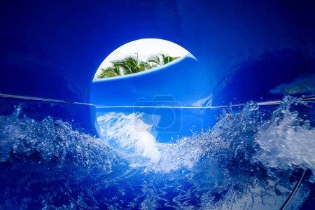 Photo pour Vue intérieure d'un toboggan aquatique en aquapark - image libre de droit