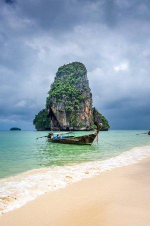 Foto de Barco de cola larga en la playa de Phra Nang en Krabi, Tailandia - Imagen libre de derechos