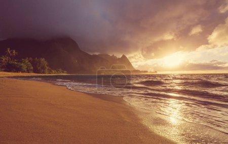 Photo pour Belle scène à Tunnels Beach sur l'île de Kauai, Hawaï, États-Unis - image libre de droit