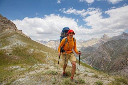 Photo pour Moment de nostalgie. Homme de randonnée dans les magnifiques montagnes de Fann au Pamir, Tadjikistan. L'Asie centrale. - image libre de droit