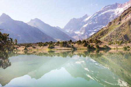 Photo pour Beau lac serein dans les montagnes de Fann (branche du Pamir) au Tadjikistan. - image libre de droit