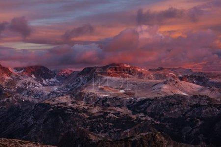 Photo pour Beau paysage de Beartooth Pass. Shoshone National Forest, Wyoming, États-Unis. Scène du lever du soleil . - image libre de droit