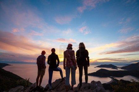 Photo pour Des randonneurs en montagne - image libre de droit