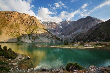 Photo pour Beau lac serein dans les montagnes de Fanns (branche du Pamir) au Tadjikistan. - image libre de droit