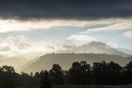 Photo pour Belle scène matinale dans les montagnes. Brouillard au lever du soleil. - image libre de droit