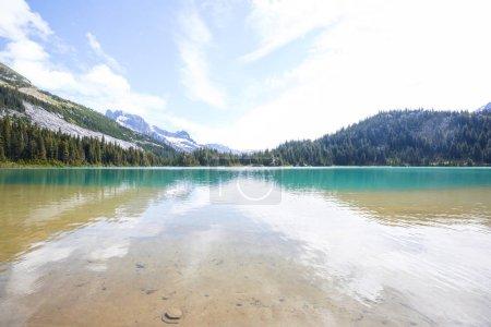 Photo pour Lac de sérénité dans les montagnes en saison estivale. Beaux paysages naturels . - image libre de droit