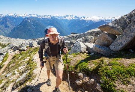Photo pour Randonneur en randonnée dans les montagnes d'été - image libre de droit