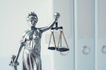 Photo pour Statue Lady Justice avec reliures à anneaux de documents dans le cabinet d'avocats - image libre de droit