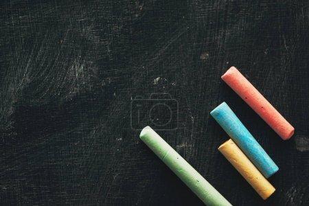 Photo pour Craie colorée sur tableau noir, concept de créativité et d'éducation - image libre de droit