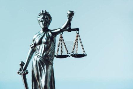 Photo pour Statue de Lady Justice au cabinet d'avocats. Figurine avec bandeau, équilibre et épée est personnification de la force morale dans le système judiciaire et son origine est Lustitia, déesse de la justice dans la mythologie romaine - image libre de droit