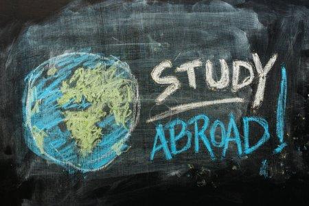 Photo pour Concept d'études à l'étranger avec texte manuscrit à la craie sur tableau noir de l'école - image libre de droit
