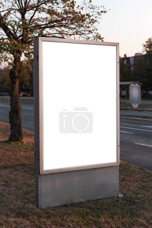 Photo pour Panneau d'affichage vide publicité extérieure dans la rue comme simulacre d'espace copie - image libre de droit