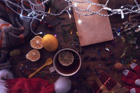 Photo pour Nouvel An et Noël plat vue sur le dessus avec chapeau du Père Noël, boîte cadeau et tasse de thé. Joyeuses vacances d'hiver concept . - image libre de droit