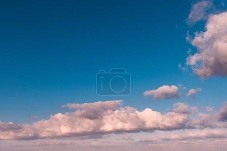 Foto de Nubes blancas en el cielo azul de otoño - Imagen libre de derechos