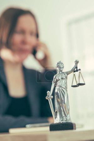 Photo pour Avocate femme parlant sur téléphone portable à partir de son bureau, foyer sélectif - image libre de droit