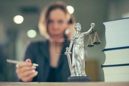 Photo pour Femme procureur parle sur portable depuis son bureau, mise au point sélective - image libre de droit