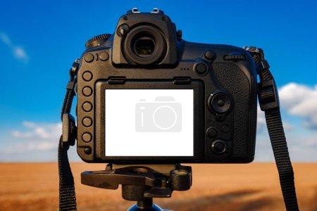 Photo pour Appareil photo reflex numérique maquette écran pour l'image de la photographie de paysage en plein air - image libre de droit